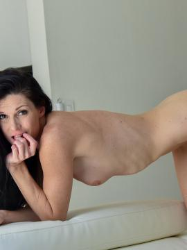 India Summer enjoys some oral sex on the couch