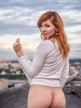 Redhead babe Jeny Smith poses for you on the roof