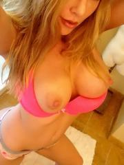 Kayden Kross shares some selfies she took while getting ready to go out