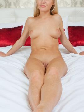 Blonde bombshell Xena gets totally nude and spreads out for you in bed