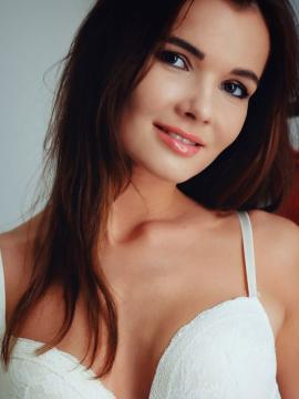 Brit-Met-Art brunette