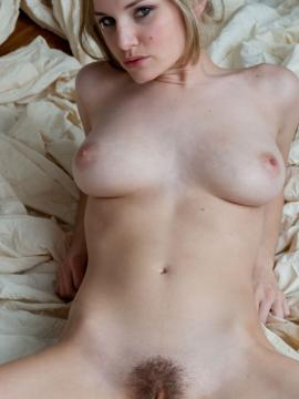Liz Ashley displays her stunning nude body for you in bed