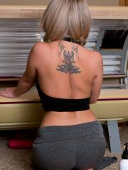Hot girl Nikki Sims strips and hops into the tanning booth