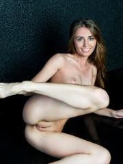 """Stunning babe Olwen flaunts her gorgeous body in """"Brilho"""""""