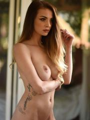 Emelia Paige shows you her beautiful nude body outside