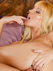 Niki Young rubs her pulsing clit until satisfied